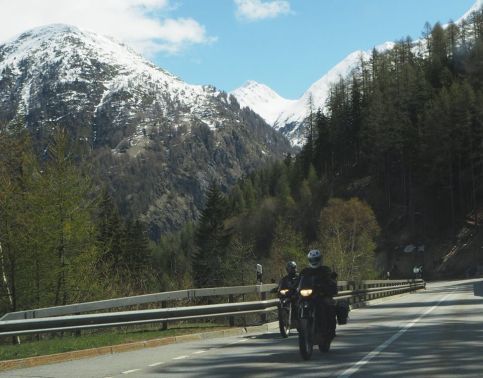 balades à moto le long des sommets enneigés