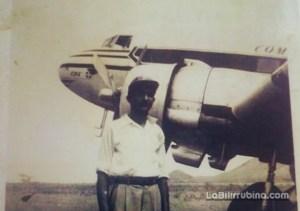 Juan Ricardo Cabreja Moronta al lado del Avión Douglas DC3 De Dominicana de Aviación