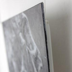 """Accrochage du tableau """"Sacrifice"""" – œuvre originale de Guy Labo-O-Kult en peinture acrylique sur carton entoilé"""