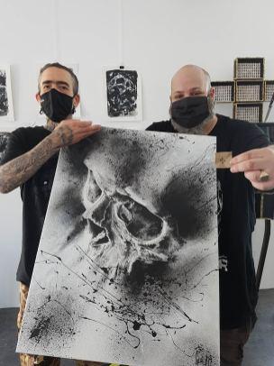 """Guy Labo-O-Kult et le nouveau propriétaire de l'œuvre originale """"Energie Noire""""."""