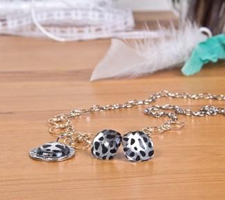 duo-bijoux-leopard-noir-et-blanc-boucles-doreilles-et-collier-de-la-boite-ateliers-creatifs