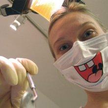 Des masques chirurgicaux souriants pour dentistes