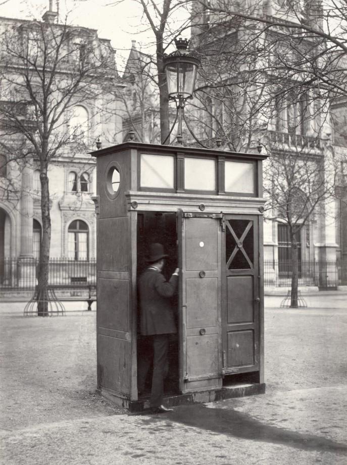 09 Charles Marville Urinoir en ardoise à 2 stalles Place Saint Germain LAuxerrois ca. 1865 687x920 Les urinoirs publics de Paris en 1865 par Charles Marville