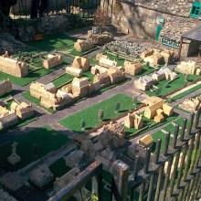 Un modèle d'un village dans un modèle d'un village dans un ...