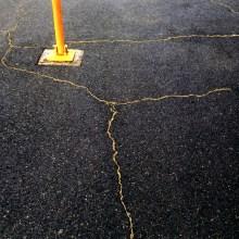 Elle répare les fissures des trottoirs avec de l'or