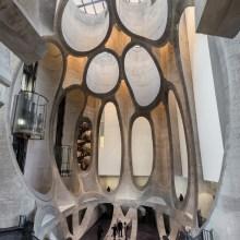L'architecture monumentale d'un musée, dans un silo à grains découpé