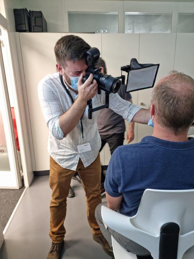 fotokurs zahntechnik instruktor zeigt wie das  fotografieren von mund und zähne am patient funktioniert