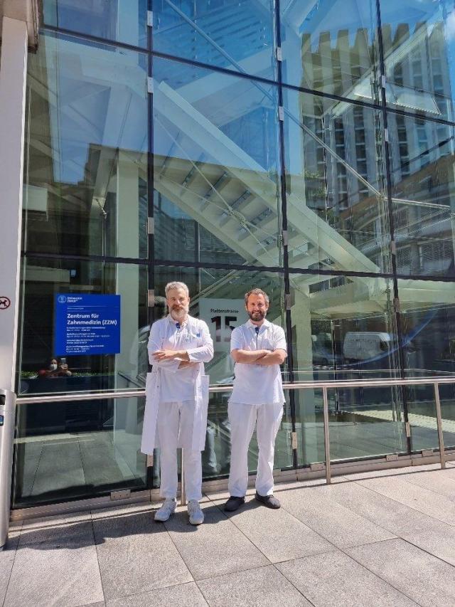 Alexis Ionnidis und Andrea Patrizi vor dem Eingang des Zentrum für Zahnmedizin der Universität Zürich ZZM