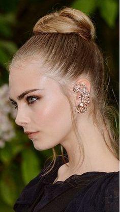 Cara Delevingne indossa un elaborato ear cuff di Chanel