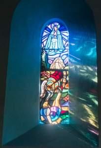 Ein Fenster erzählt die Legende der Kapellengründung.