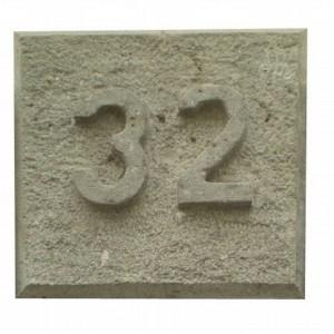 Número 32 tallado