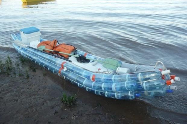 Una canoa fabricada con botellas de plástico