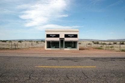 Una tienda de Prada en medio del desierto