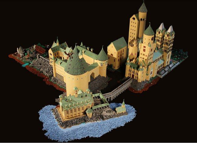 Una enorme réplica de Hogwarts con piezas de Lego