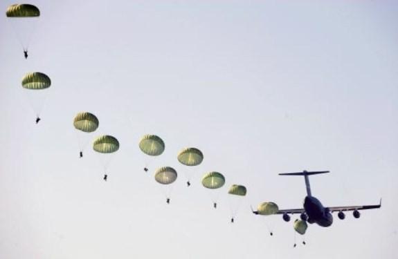 Lanzan 2000 ratones en paracaídas sobre la isla de Guam