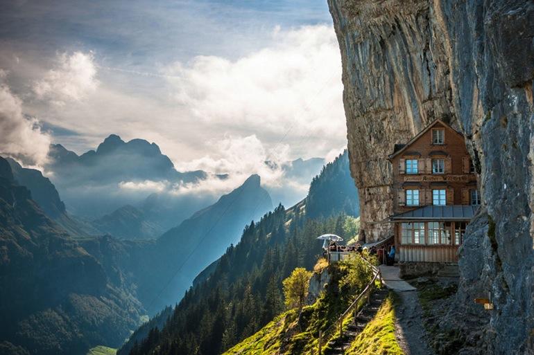 Un hotel colgado de un acantilado en los Alpes
