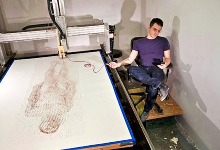 Ted Lawson imprime un autorretrato con su propia sangre