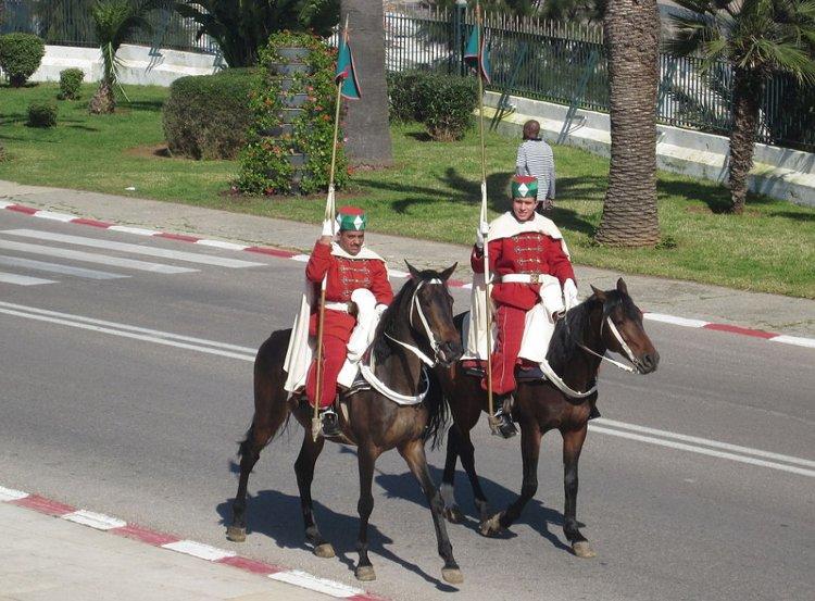Envío de colores y cambio de guardia en Rabat