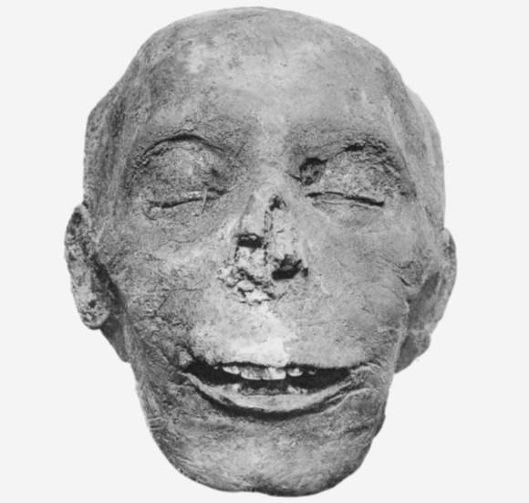 Niña encuentra Jerusalén colgante egipcio tiempos Tutmosis III 1