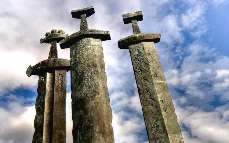 Gigantescas espadas bronce representan unificación Noruega