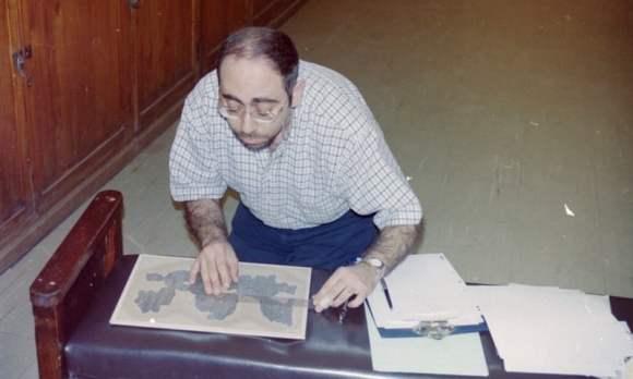 Sherbiny examinando el manuscrito en el Museo de El Cairo
