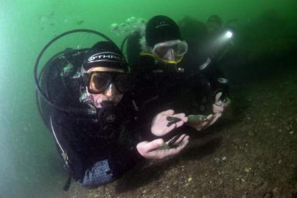 MAT-divers-recovering-flints-from-the-sea-floor-after-eroding-from-Bouldnor-Cliff_-now-11m-underwater.-courtesy-of-Michael-Pitts-600x400