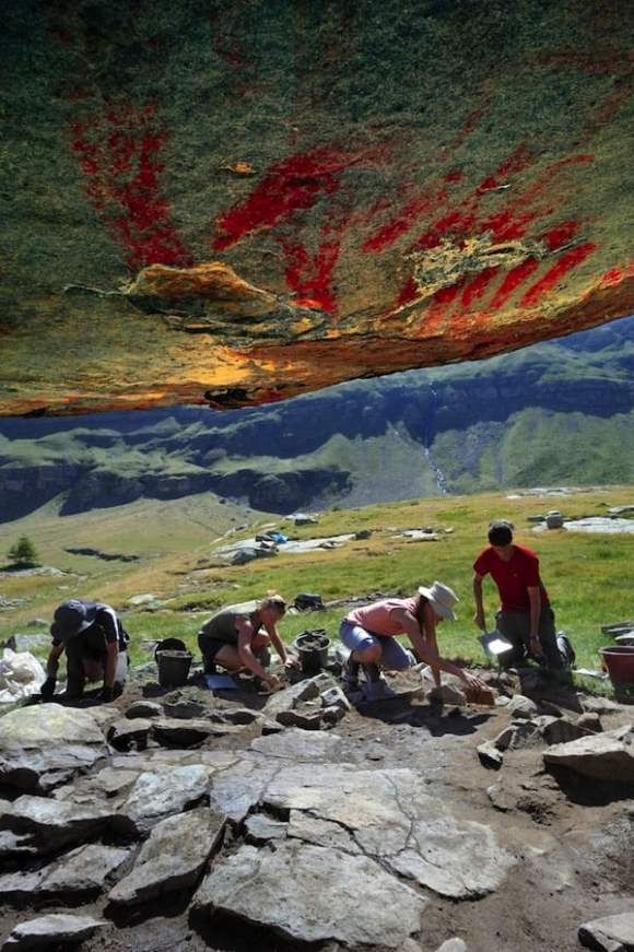 Las pinturas vistas desde debajo de la cornisa
