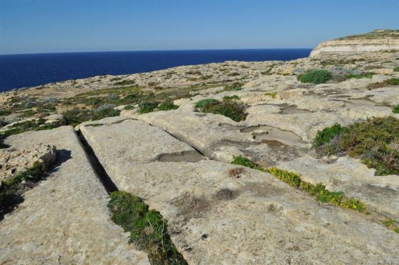 Enigmaticos surcos prehistoricos suelo rocoso Malta