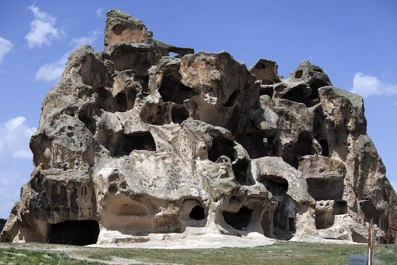 Cuevas y puertas excavadas en la roca