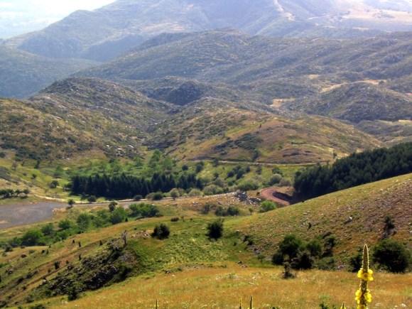 Vista desde la cumbre del Monte Liceo. Mirando hacia el este se encuentra el antiguo santuario de Zeus