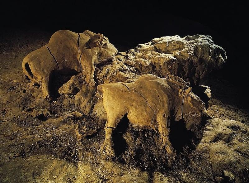 Los bisontes de arcilla de la cueva Tuc d'Audoubert, un conjunto único en el arte paleolítico