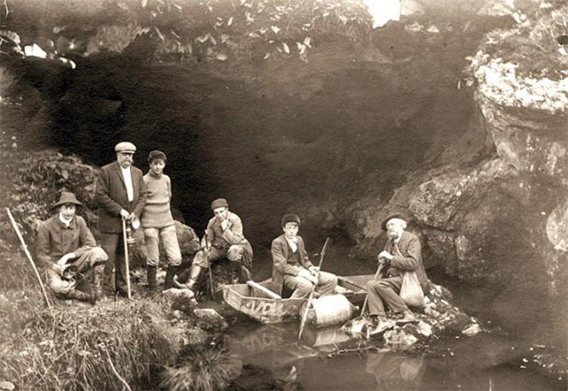 Los descubridores junto con su padre y Henri Breuil a la entrada de la gruta. Foto