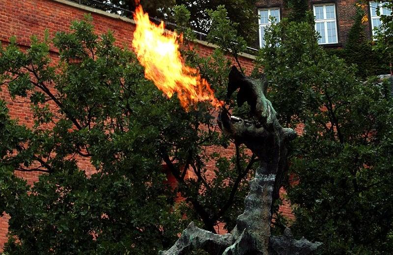 El dragón de Cracovia que escupe fuego cuando recibe un SMS