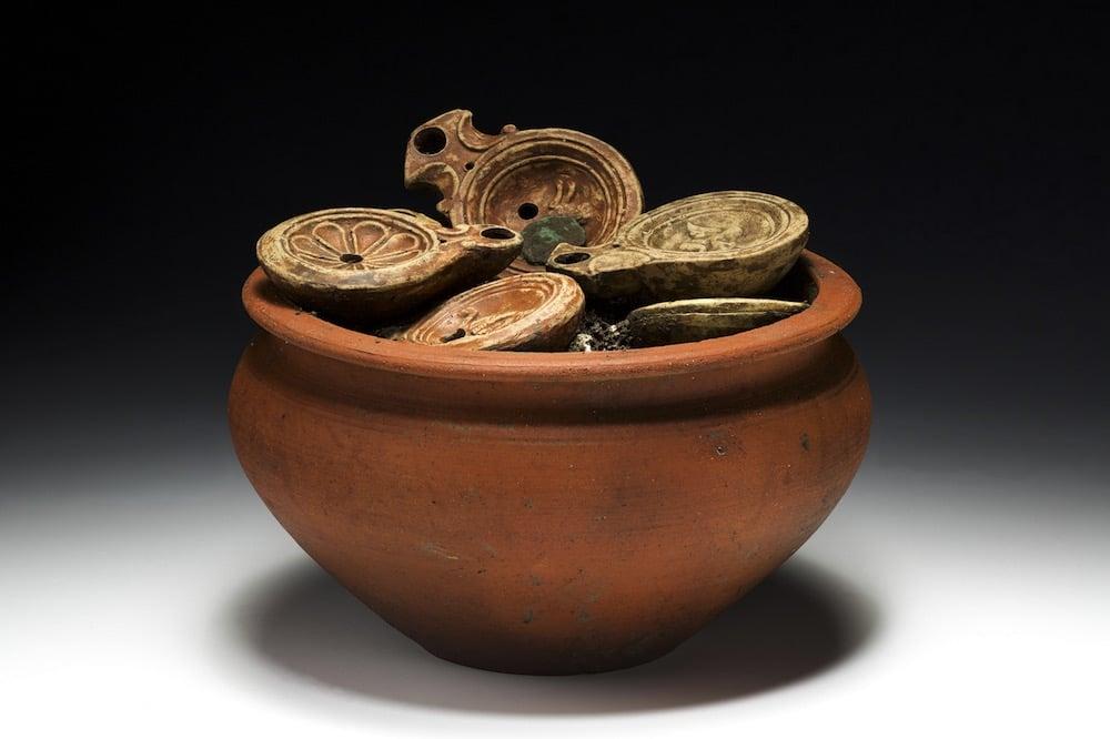 Un desconcertante hallazgo en Suiza de lucernas romanas con monedas en su interior
