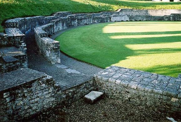 Restos del anfiteatro de Vindonissa / foto Voyager en Wikimedia Commons