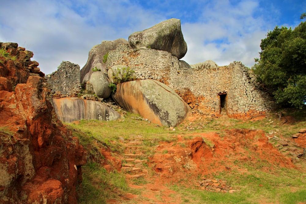 Gran Zimbabue, la mayor estructura de piedra pre-colonial del África Subsahariana, construida en el siglo XI