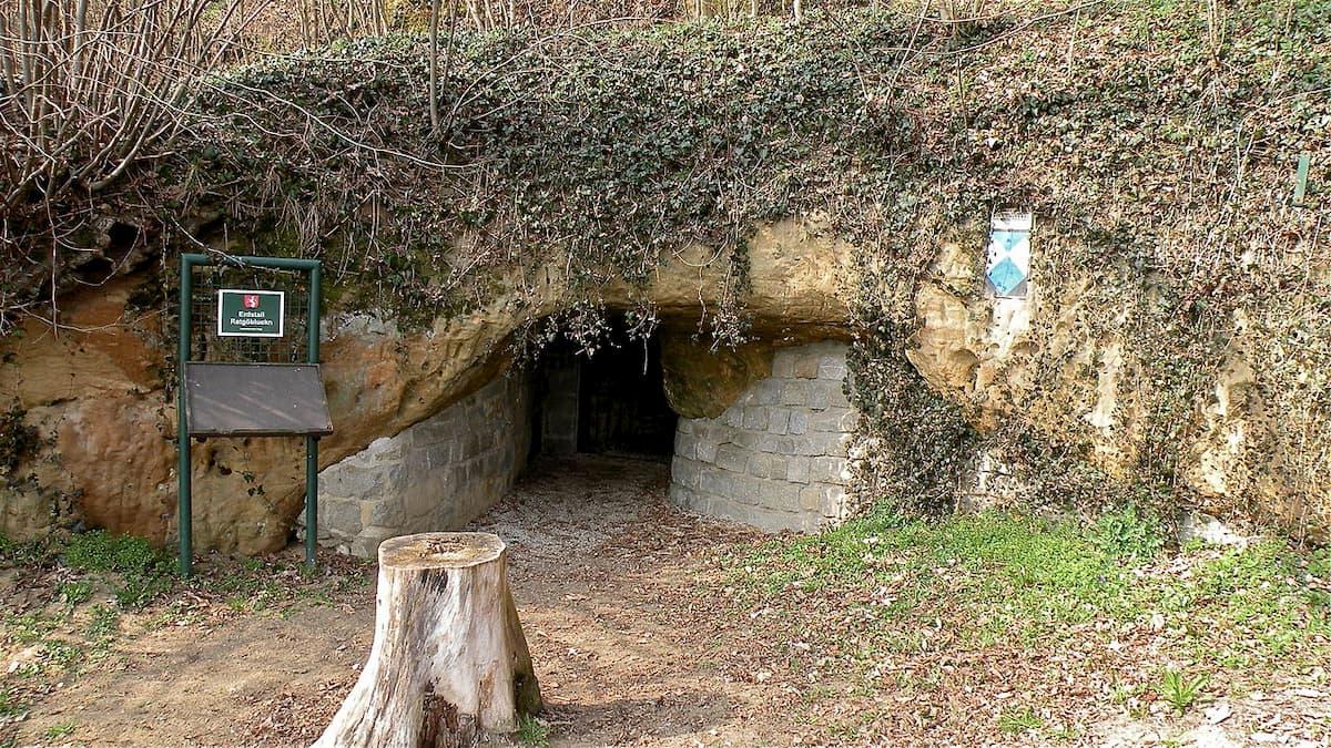 Entrada al Erdstall de Ratgöbluckn en Perg, Austria
