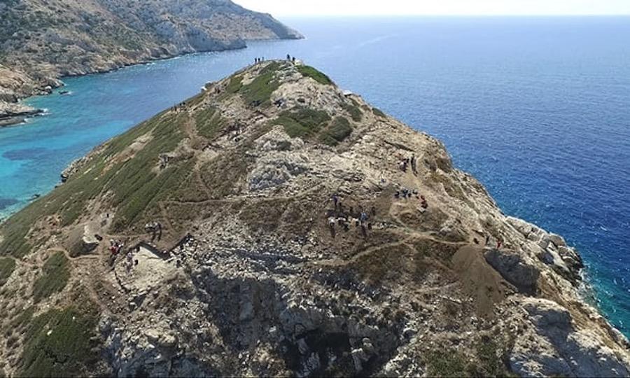 Evidencias de talleres metalúrgicos encontrados bajo el promontorio-pirámide de Keros, en las Cícladas