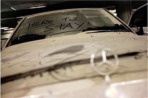 Que hacen 3000 coches abandonados en el aeropuerto de Dubai?