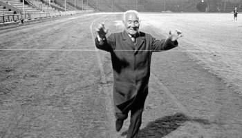 Kanakuri cruizando la meta en 1967