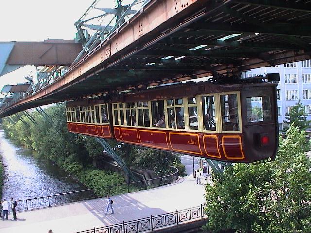 El Schwebebahn de Wuppertal, el primer y más antiguo tren monorriel suspendido del mundo, aun sigue activo tras 115 años