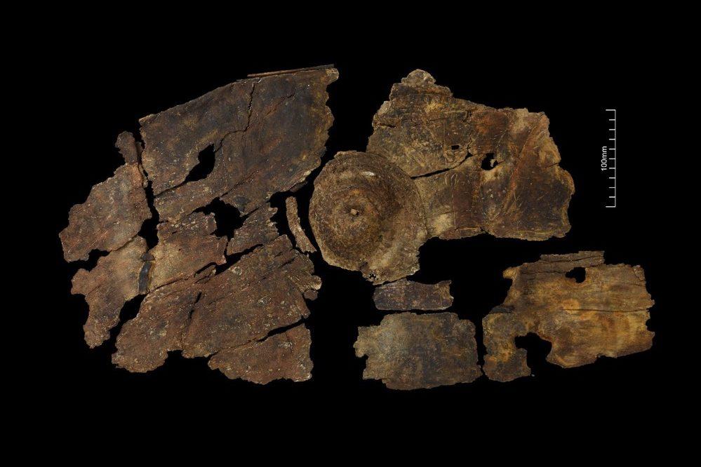 Analizan un escudo único en Europa, hecho con láminas de corteza en la Edad del Hierro