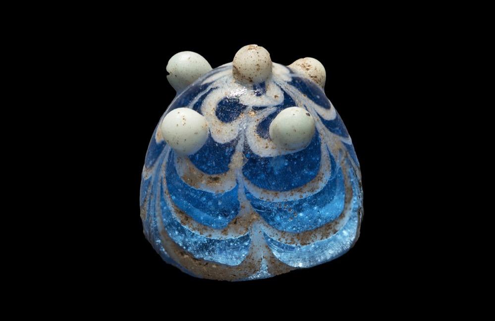 Una pieza de cristal de 1200 años de antigüedad del juego hnefatafl encontrada en Lindisfarne