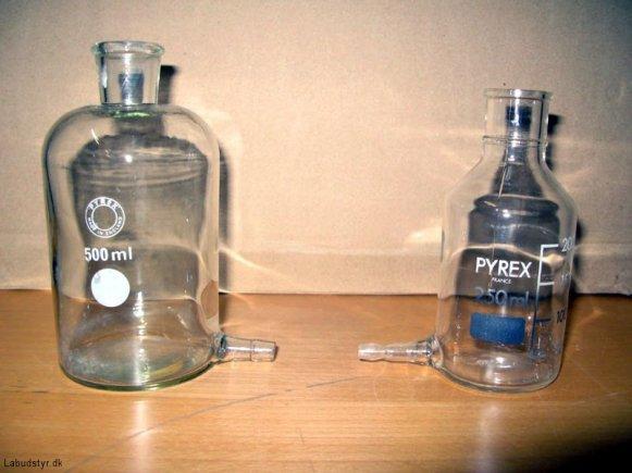 Glasflaske med studs i bunden. Lidt forskellige studser.