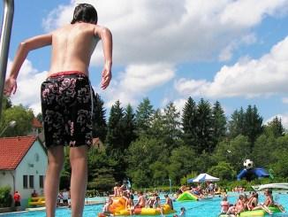 Bambini-in-piscina-copertina