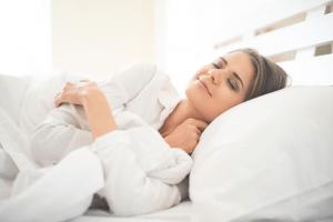 Donna-che-dorme-nel-letto
