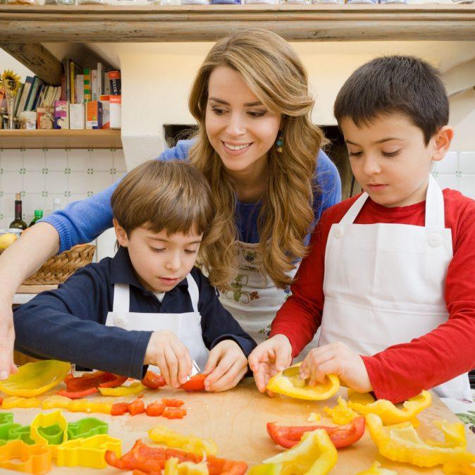 Progetto Sano, giusto e con gusto! - La dottoressa Annamaria Acquaviva in cucina con i bambini-1