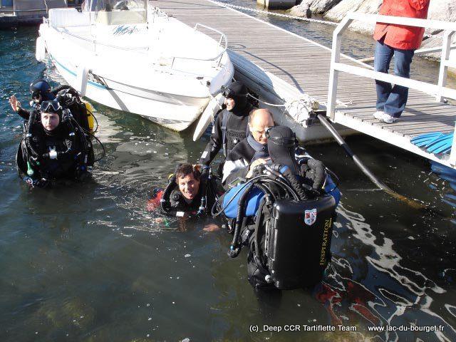 Les moniteurs de plongée en recycleur sont à l'eau et s'activent à préparer leurs élèves