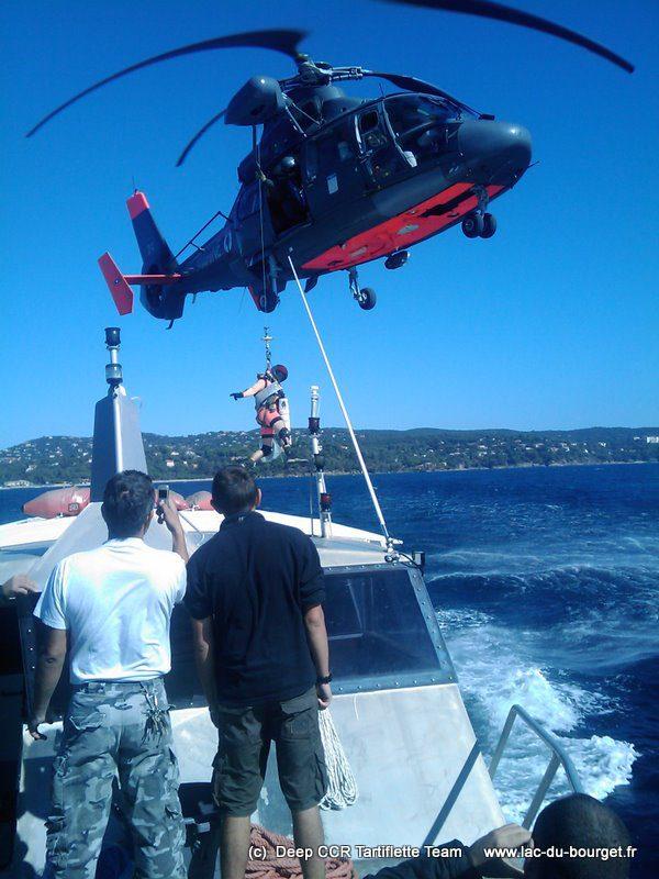 Intervention d'un Dauphin de la marine avec son plongeur et son médecin