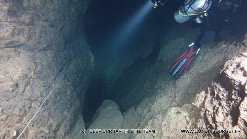Plongee souterraine Goul du Pont BSA : Jean me montre le prochain Puit avec au fond -110m